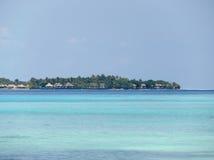 Vista del centro turístico en Maldivas Imagen de archivo libre de regalías
