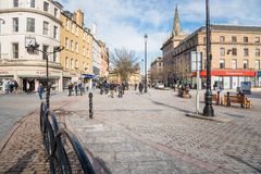 Vista del centro urbano pedonale di Dundeen un chiaro giorno di inverno fotografie stock