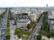 Vista del Champs-Elysees con el Arco del Triunfo Imagen de archivo