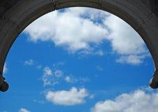 Vista del cielo attraverso l'arco Fotografia Stock Libera da Diritti