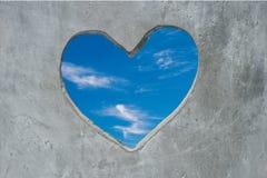 Vista del cielo azul a través del corazón de piedra Concepto fotos de archivo libres de regalías