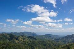 Vista del cielo blu e della montagna Immagini Stock