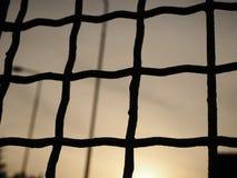 Vista del cielo da dietro le barre, fondo astratto immagini stock