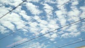 Vista del cielo da un treno di funzionamento della finestra video d archivio