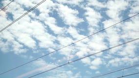 Vista del cielo da un treno di funzionamento della finestra stock footage