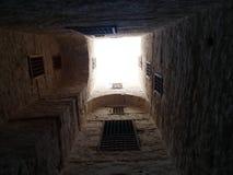 Vista del cielo dall'interno della cittadella di Qaitbay, Alessandria d'Egitto, Egitto immagine stock
