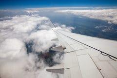 Vista del cielo dalla finestra dell'aeroplano Fotografia Stock