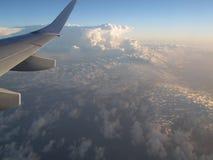 Vista del cielo dalla libertà della natura dell'aeroplano immagine stock