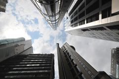 Vista del cielo di Hong Kong attraverso le alte costruzioni moderne Fotografie Stock