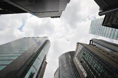 Vista del cielo di Hong Kong attraverso le alte costruzioni moderne Fotografia Stock Libera da Diritti