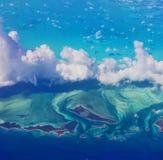 Vista del cielo di terra e di acqua caraibiche dalla finestra Seat Fotografie Stock