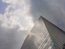 Vista del cielo e del grattacielo Fotografie Stock