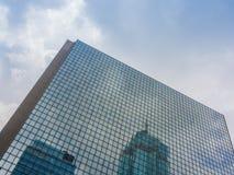 Vista del cielo e del grattacielo Fotografie Stock Libere da Diritti
