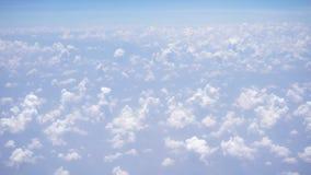Vista del cielo e delle nuvole attraverso la finestra dell'aeroplano stock footage