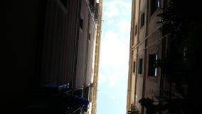 Vista del cielo entre dos edificios metrajes