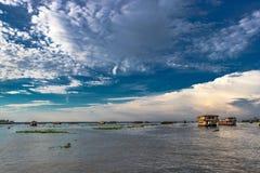 Vista del cielo sopra lo stagno con le case galleggianti immagini stock libere da diritti