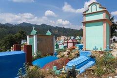 Vista del cimitero variopinto nella città di Chichicastenango, nel Guatemala, l'America Centrale Immagini Stock Libere da Diritti