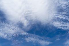 Vista del cloudscape blanco suave del chapoteo abstracto hermoso con las sombras del fondo brillante del cielo azul de la ventana Fotos de archivo libres de regalías