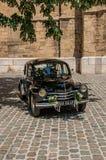 Vista del coche modelo viejo para los recienes casados en Aix-en-Provence imagen de archivo
