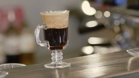 Vista del cocktail del caffè sulla tavola video d archivio
