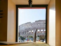Vista del Colosseum de un café durante el día por la mañana Fotografía de archivo libre de regalías