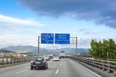 Vista del conductor que mira los coches en el camino a Girona Imagen de archivo