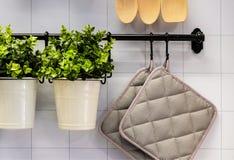 Vista del contatore di cucina con un tagliere, appendente sulla parete parecchi utile, secchi e secchio e scrematrici fotografie stock libere da diritti