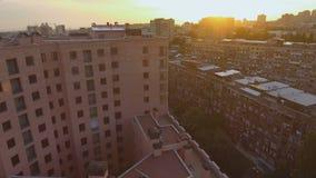 Vista del contraste entre los edificios modernos y soviéticos, área denso urbanizada almacen de metraje de vídeo