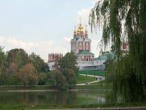 Vista del convento di Novodevichy a Mosca fotografia stock libera da diritti