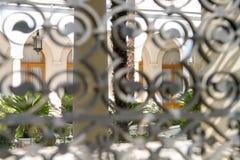 Vista del cortile del castello tramite il recinto Fotografie Stock