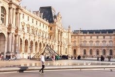 Vista del cortile principale del museo del Louvre con la piramide Immagine Stock Libera da Diritti