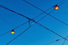 Vista del creciente de la Luna Nueva a través de los alambres eléctricos en la calle con las luces acaban de encenderse que imágenes de archivo libres de regalías