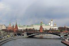 Vista del Cremlino dal lato del fiume di Mosca Fotografie Stock