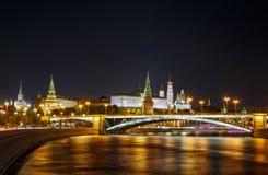Vista del Cremlino di Mosca alla notte immagine stock