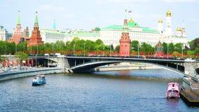 Vista del Cremlino di Mosca dal ponte sopra il fiume di Mosca archivi video