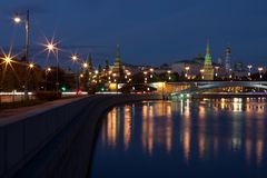 Vista del Cremlino di Mosca e dell'argine di Cremlino del fiume di Mosca nella sera immagine stock libera da diritti