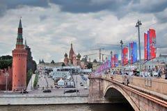 Vista del Cremlino di Mosca, del quadrato rosso e delle insegne del funzionario della coppa del Mondo 2018 della FIFA Fotografie Stock Libere da Diritti