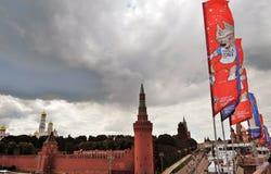 Vista del Cremlino di Mosca, del quadrato rosso e delle insegne del funzionario della coppa del Mondo 2018 della FIFA Fotografia Stock Libera da Diritti