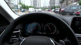 Vista del cruscotto dell'automobile mentre guidando nella città archivi video