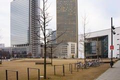 Vista del cuadrado de ciudad rodeada por los rascacielos Imagen de archivo libre de regalías