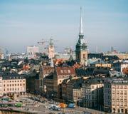 Vista del cuadrado de Kornhamnstorg con los edificios y las iglesias viejos del elevador de Katarina imagen de archivo libre de regalías