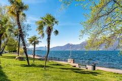 Vista del cuadrado de la orilla del lago de Luino, Italia imagenes de archivo