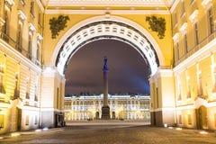Vista del cuadrado del palacio a través del arco Fotografía de archivo libre de regalías