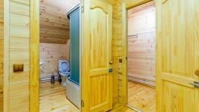 Vista del cuarto de baño con el retrete imagen de archivo libre de regalías