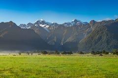 Vista del cuoco del supporto di Aoraki e del supporto Tasman dal lago Matheson, Nuova Zelanda Immagine Stock