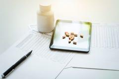 Vista del cuscinetto, della droga e dell'attrezzatura sulla tavola della priorità alta, sanità Fotografia Stock