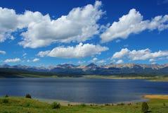Vista del depósito del parque de Taylor con las montañas rocosas Foto de archivo libre de regalías