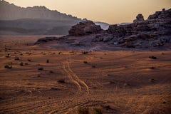 Vista del deserto del Wadi-rum in Jordanié, con le sue alte montagne irregolari e la sabbia rosso-dorata al tramonto Fotografia Stock