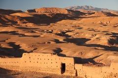 Vista del desierto montañoso montañoso en el primero plano visible Fotografía de archivo libre de regalías