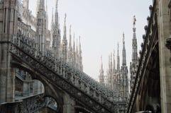 Vista del detalle arquitectónico de los tejados de Milano de los di del Duomo Mañana de Foogy Gótico melancólico Fotografía de archivo libre de regalías